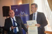Il-Sindaco-di-Ischia-Enzo-Ferrandino-premia-Salvatore-Orlacchio